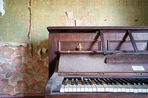 Nahaufnahme eines verlassenen Klaviers.