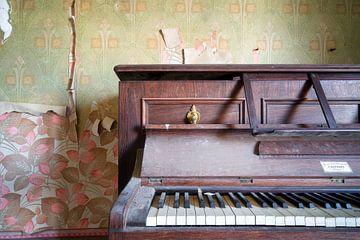 Gros plan sur un piano abandonné. sur Roman Robroek