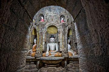 Zittende boeddha's in tempelcomplex Mrauk U Birma Myanmar.
