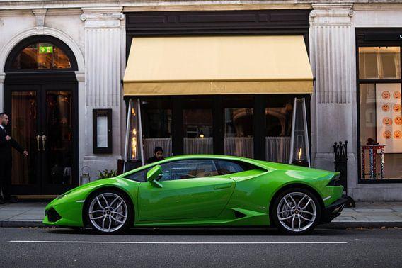 Lamborghini Huracan bij een restaurant in London