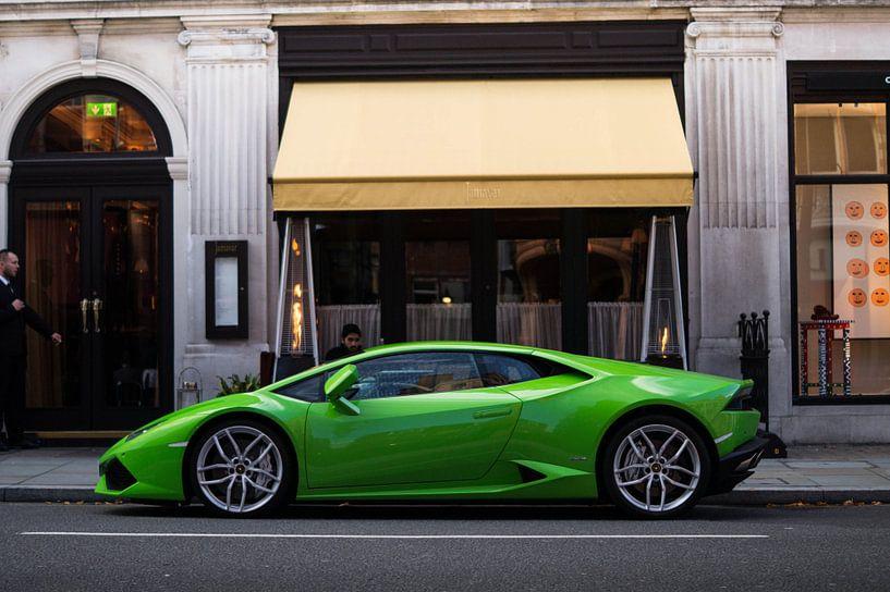 Lamborghini Huracan bij een restaurant in London van joost prins