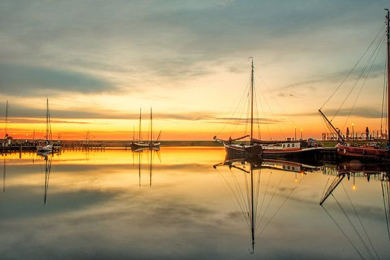 Zonsondergang in de haven van Stavoren van Harrie Muis