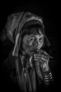 Alte Frau aus dem langen Hals Stamm in Inle raucht einen Stumpen Zigarre