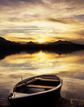 Boot am Hopfensee bei Sonnenuntergang, Allgäu, Bayern, Deutschland von Markus Lange