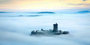 Chateau Polignac im Morgennebel