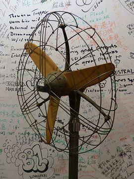 Retro ventilator met teksten op de achtergrond van Gonnie van Hove