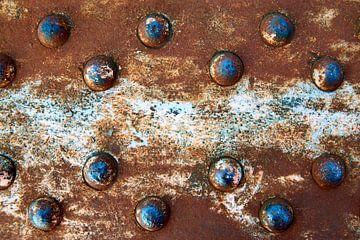 Blauwe klinknagels en rood verroest metaal van Jenco van Zalk