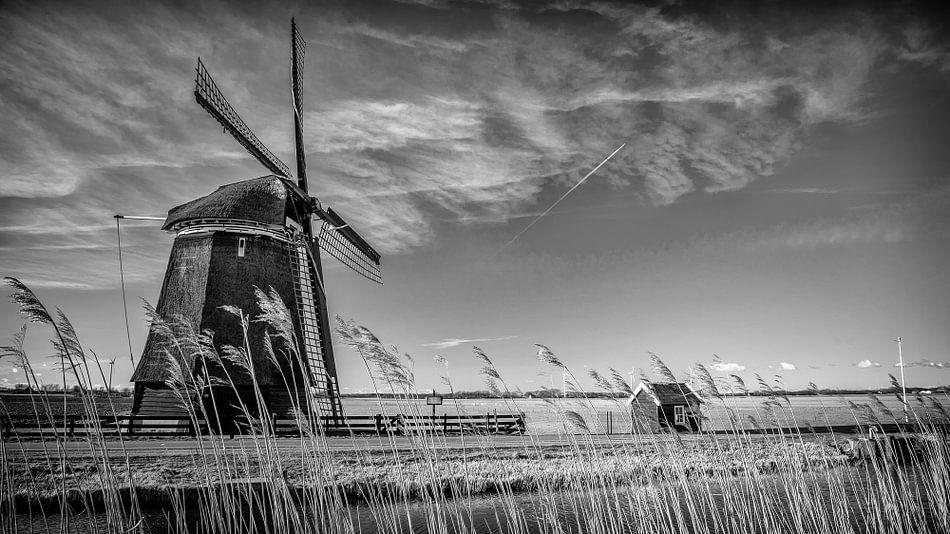 Windmolen langs kanaal in Noord-Holland