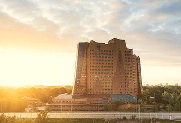 Zonsondergang Gasunie gebouw Groningen (Nederland) van Marcel Kerdijk