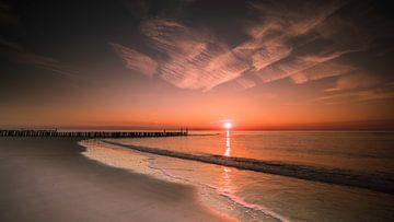 Coucher de soleil sur la plage sur Arjen Hartog