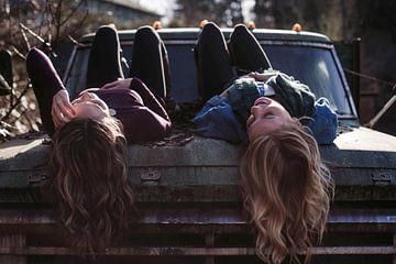 Twee meiden op een auto van YesItsRobin
