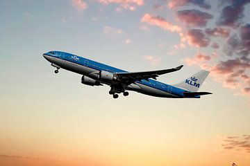 De KLM Airbus A330-200, PH-AOE, Parliament Square Edinburgh van