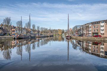 Zicht op de stadsgracht van Leeuwarden gespiegeld sur Harrie Muis