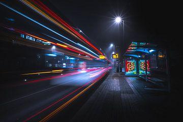 Bushalte tijdens een koude mistige nacht van Jesper Stegers