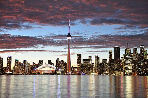 Toronto Canada in de avond bij zonsondergang van Ilona de Vries