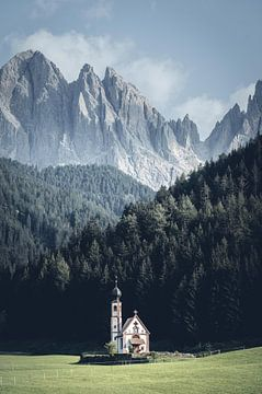 Prachtige kerk in de dolomieten, Italië van Felix Van Lantschoot