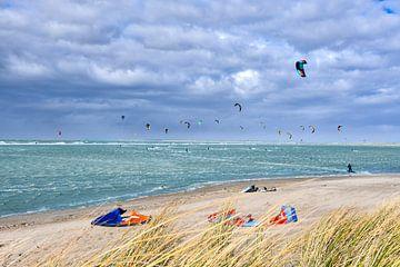Kitesurfen  op de Brouwersdam in Zeeland van bart hartman