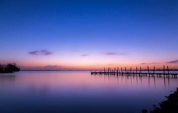 Blauer und oranger Sonnenuntergang über den Westeinderplassen von Marcel van den Bos