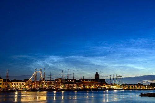 Skyline van Kampen met 's lichtende nacht wolken in de donkere lucht