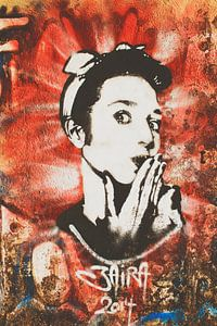Oeps! Street art kunstwerk met jaren 50 rock & roll vrouw.