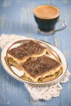 Selbst gebackenen Schokolade Karamell Schnitten  liegen in einer Metallschale auf einem blauen Holzt von Edith Albuschat