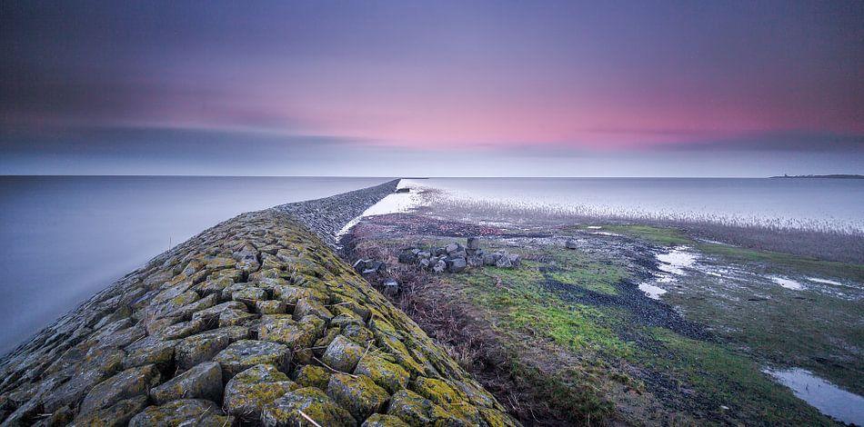 Ondergaande zon bij de waddenzee vlakbij Ternaard van Martijn van Dellen