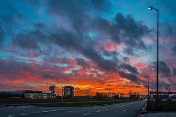 Kleurijke wolken boven Delft van Fred Leeflang