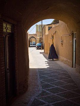 Gesluierde vrouw in de souk van Yazd, Iran   Reizen in het Midden-Oosten van Teun Janssen