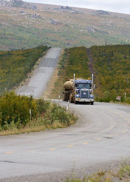 Truck op de Dalton highway van Menno Schaefer