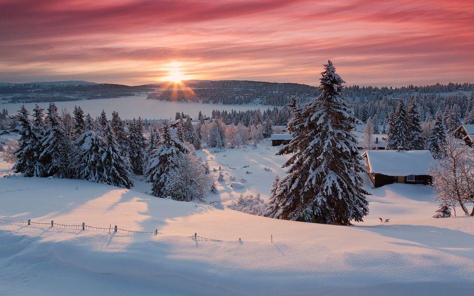 Sonnenaufgang im verschneiten norwegischen Dorf von Rob Kints