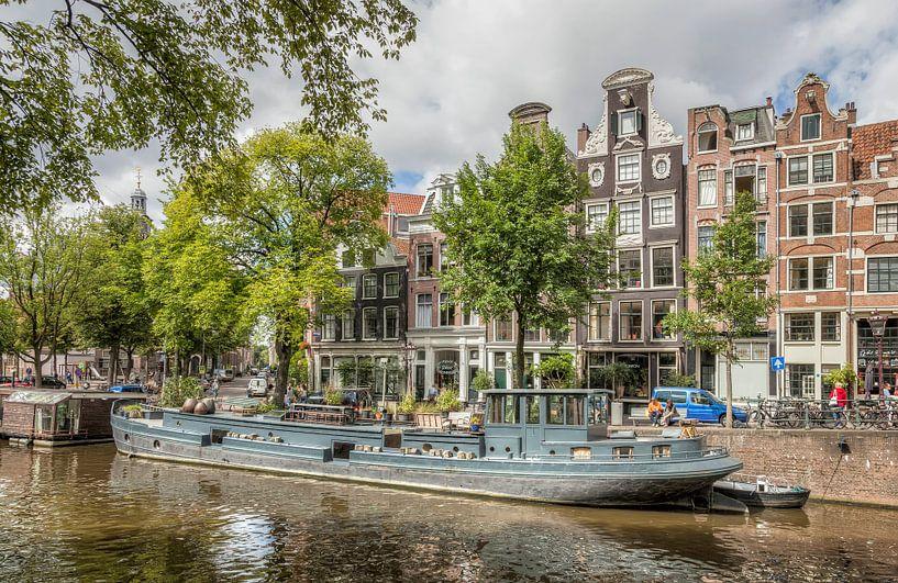 Woonboot in de Amsterdamse Grachten van John Kreukniet