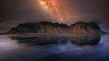 Impressie van Reinisdranger met sterrenhemel op IJsland van Saskia Dingemans