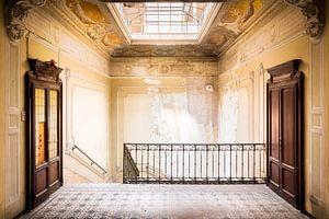 Verlassenes Treppenhaus mit Holztüren. von Roman Robroek