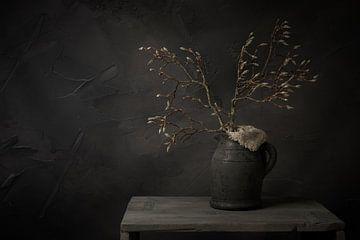 Stillleben mit Magnolienzweig in Knospe im Steinglas von Mayra Pama-Luiten