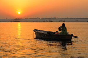 's Ochtends vroeg bij zonsopkomst op de Ganges in Varanasi India