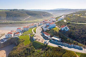 Luchtfoto van het dorpje Odeceixe in Alentejo Portugal van Nisangha Masselink