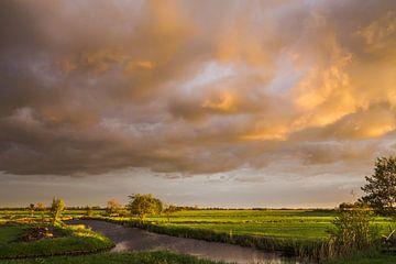 Stormachtige zonsondergang in de polder van