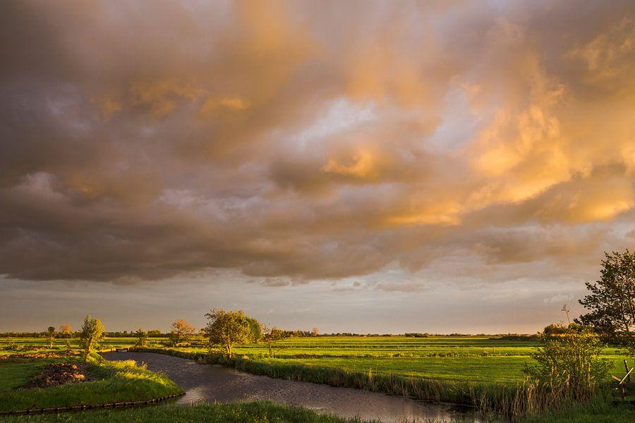 Stormachtige zonsondergang in de polder van Coen Weesjes