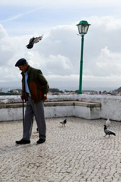 Oude man op straat van Marieke van der Hoek-Vijfvinkel