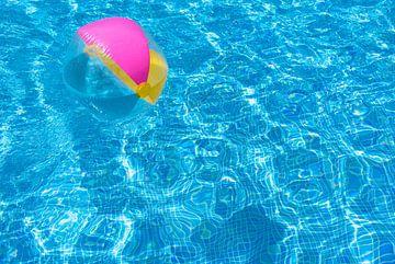 Zwembad wateroppervlak met drijvende opblaasbare strandbal van Alex Winter