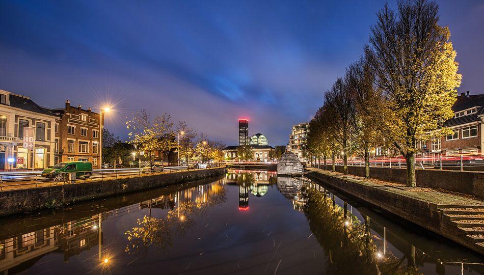 Nachtopname van de stadsgracht van Leeuwarden van Harrie Muis