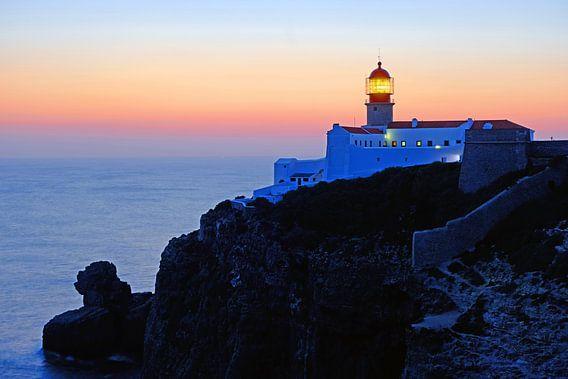 Vuurtoren Cabo Vicente bij Sagres in Portugal bij zonsondergang