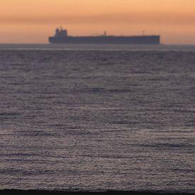 Boot mit Sonnenuntergang Scheveningen von Anne Zwagers