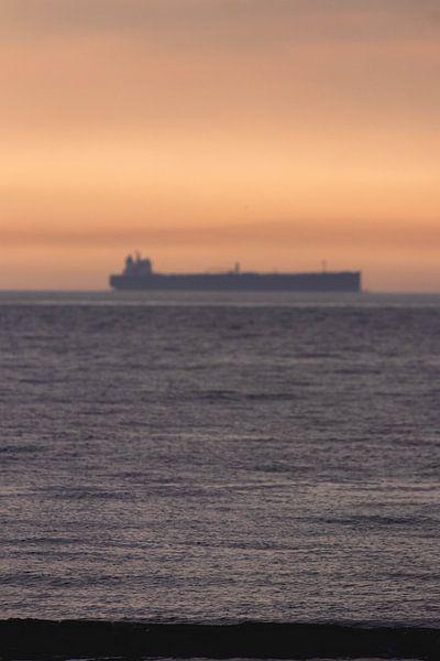 Boot met Zonsondergang Scheveningen van Anne Zwagers