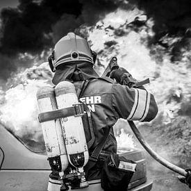 Feuerwehrmänner löschen Autobrand von Hermann Kollinger