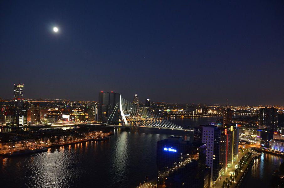 De Rotterdam en Erasmusbrug in Maanlicht van Marcel van Duinen