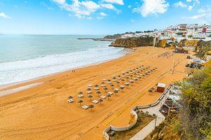 Der Strand von Albufeira an der Algarve in Portugal