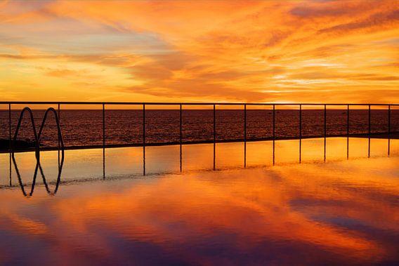 Zwembad bij zonsondergang van Michel van Kooten