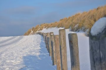 Sneeuw op het strand von Pyter de Roos