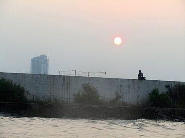 Zonsondergang in de oude haven in Jakarta, Indonesië van Daan Duvillier
